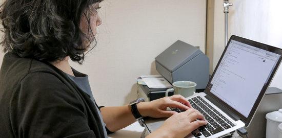 ノートパソコンスタンドで姿勢がこれだけかわります