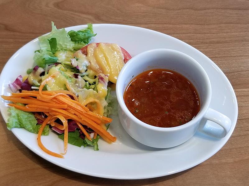 定番のサラダとスープ