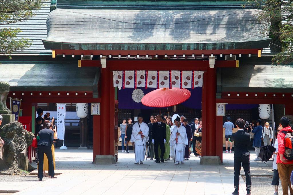 随神門を入ると、すぐに結婚式の行列に遭遇