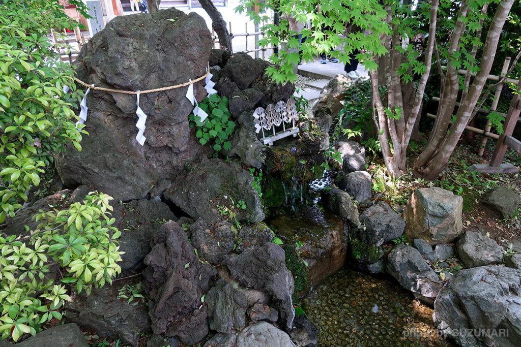 水神社の脇