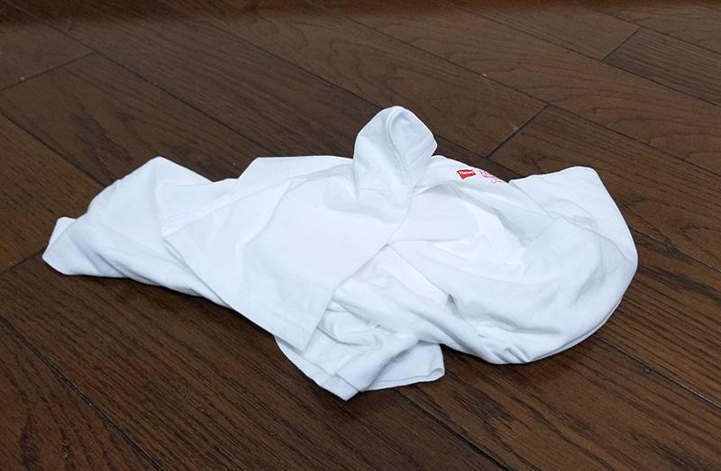 放り出された白いTシャツ