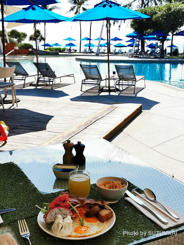朝食はテラスで海とプールを見ながら