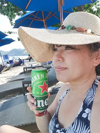麦わら帽子と缶ビール