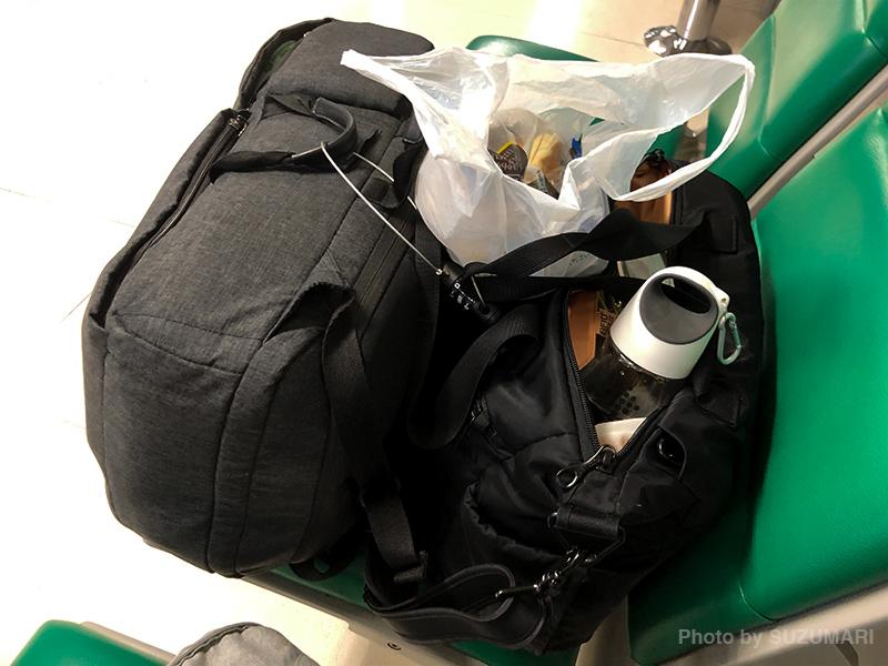 こんな感じで荷物をガードしつつおにぎり食べたというね。