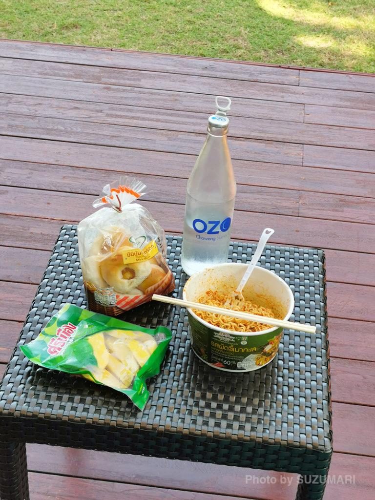 パン、カップ麺、パパイヤのピクルス
