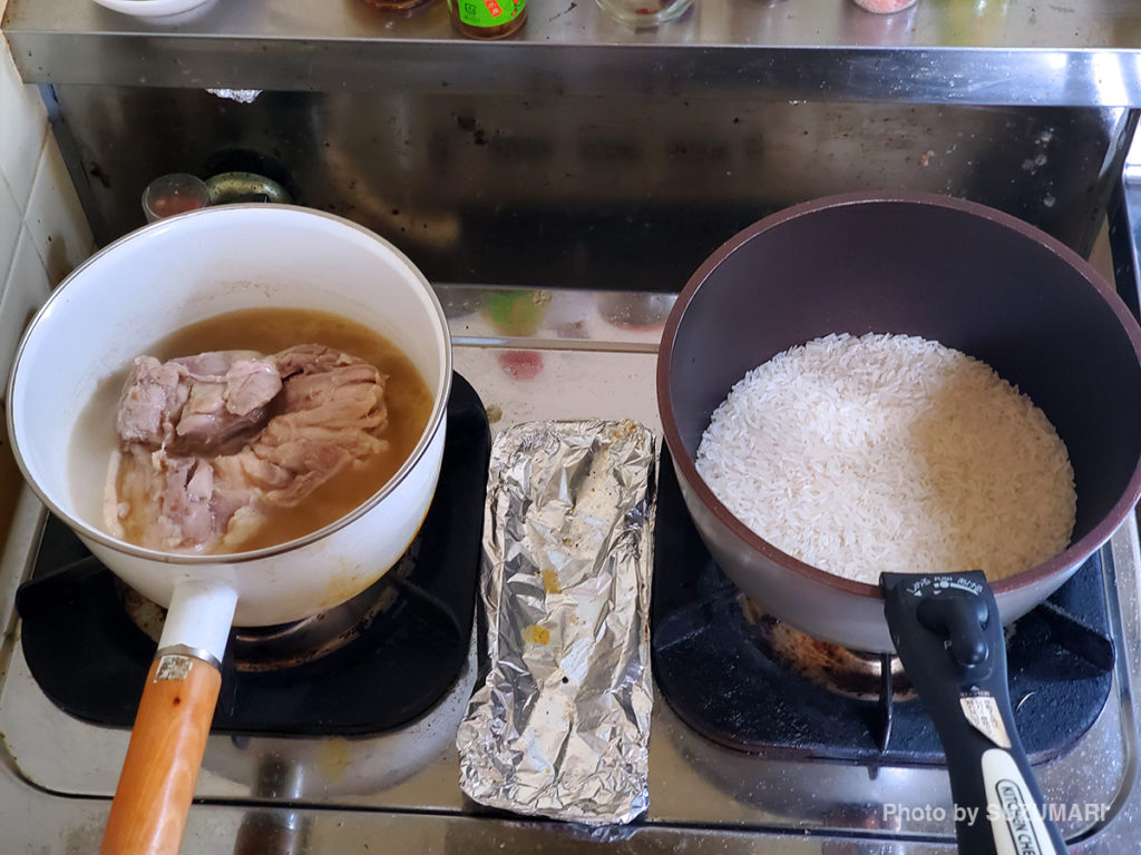 鶏肉を茹でてから、茹で汁で炊飯