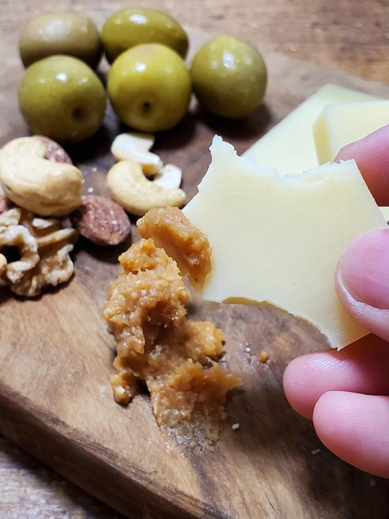 チーズに味噌をつけるとたまらん味になる!