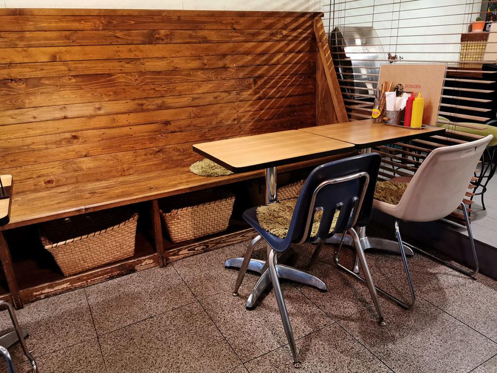 テーブルや椅子にもこだわりが