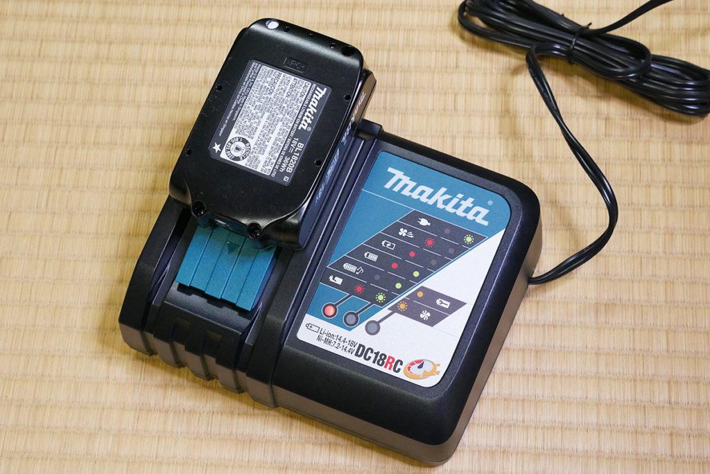 充電中のマキタのバッテリー